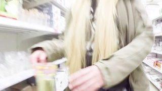 Räpane blond beib külastab anaaltapiga hüpermarketit