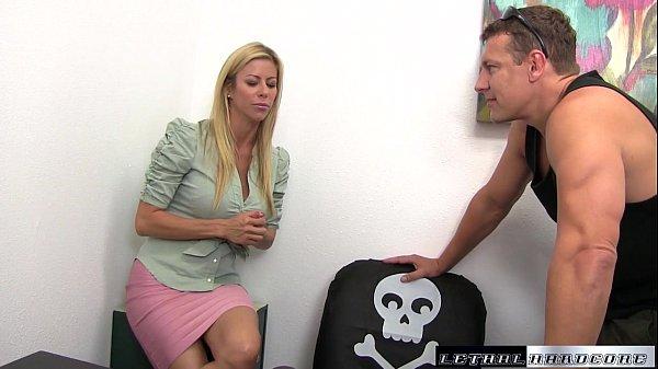 Rinnakas MILF Alexis sööb Jerry perset ja saab laadungiga näkku